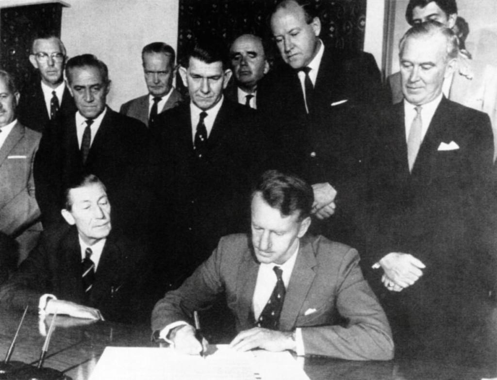 Ian Smith semneaza declaratia unilaterala de independenta a Rhodesiei din 1965